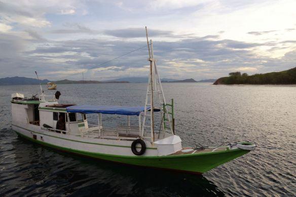 Perahu motor antar jemput LBJ