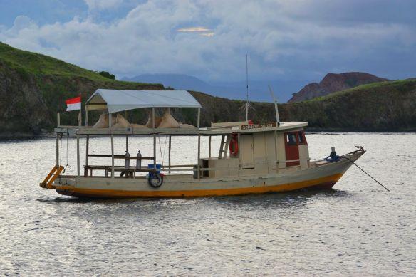 Perahu motor untuk diving